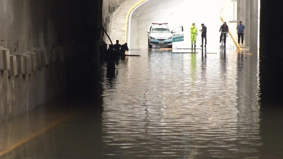 Parte mais baixa do túnel ficou cheia de água (Foto: TV Verdes Mares/Reprodução)