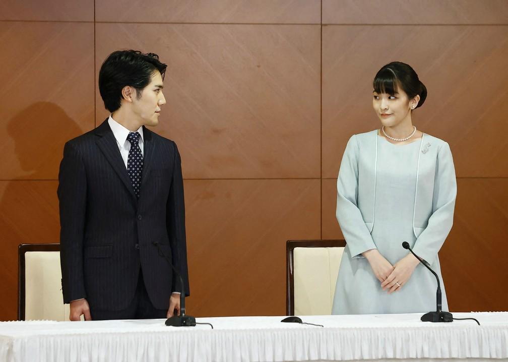 Mako, agora ex-princesa do Japão, e seu marido Kei Komuro — Foto: STR / JIJI PRESS / JAPAN POOL / via AFP Photo