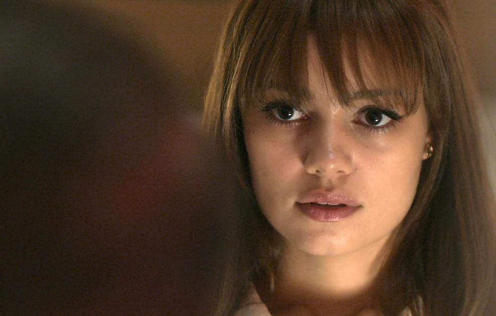 A jovem fica com medo do que pode estar acontecendo com o seu bebê (Foto: TV Globo)