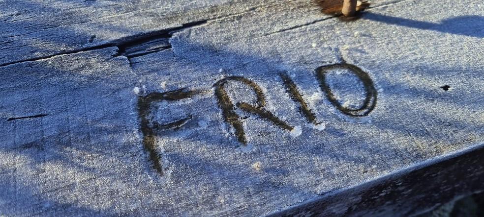 Palavra 'frio' escrita na geada em São Joaquim (SC), em 1 de junho, no outono — Foto: Mycchel Legnaghi/ São Joaquim Online