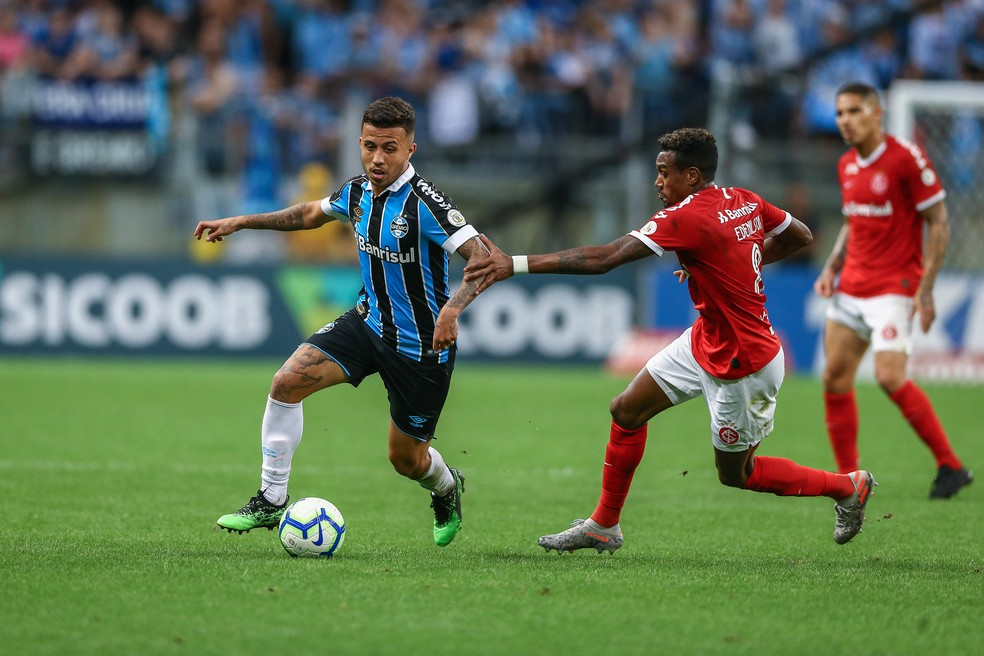 Matheus Henrique e Edenílson no Gre-Nal 422 — Foto: Lucas Uebel/Grêmio
