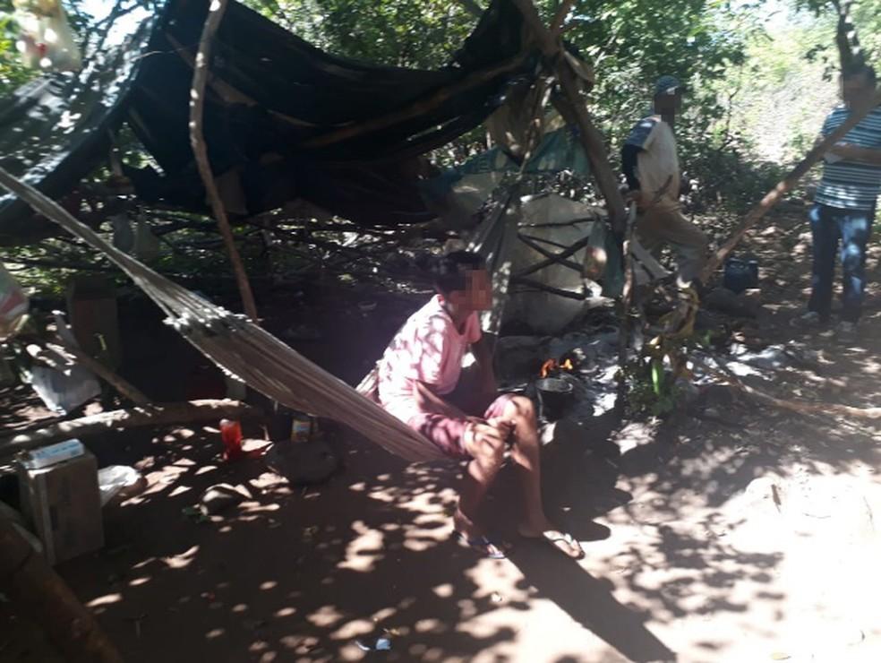 Trabalhadores dormiam em redes armadas debaixo de lonas na mata, na zona rural de Santa Cruz do Piauí — Foto: Divulgação/ Ministério do Trabalho