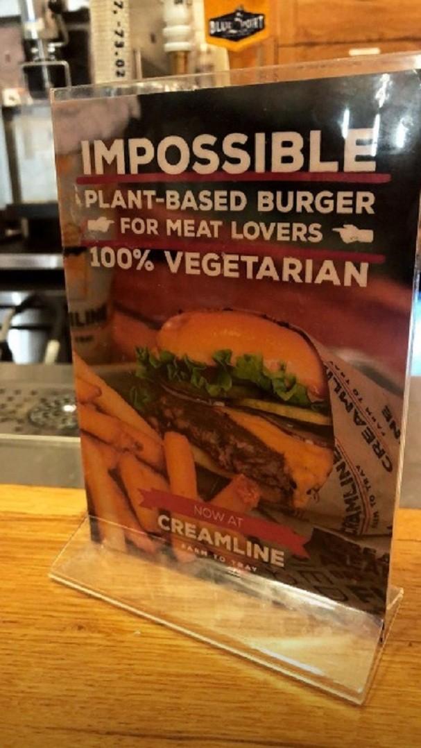 Gabriela Pugliesi come carne de hambúrguer fake em NY (Foto: Reprodução/Instagram)