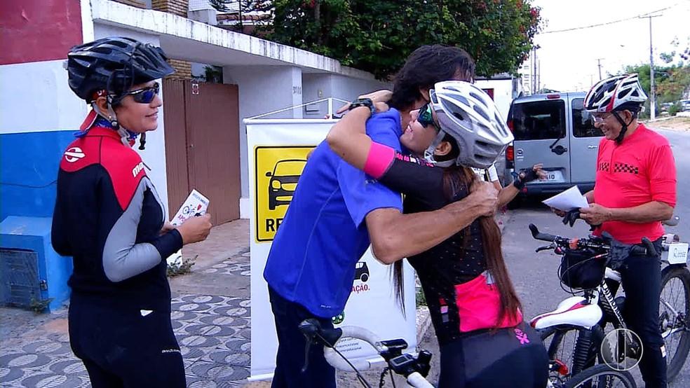 Motorista João Alberto abraça ciclista que um dia tentou atropelar  (Foto: Reprodução/Inter TV Cabugi )