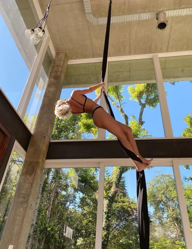 Agatha Moreira faz acrobacia (Foto: Reprodução/Instagram)