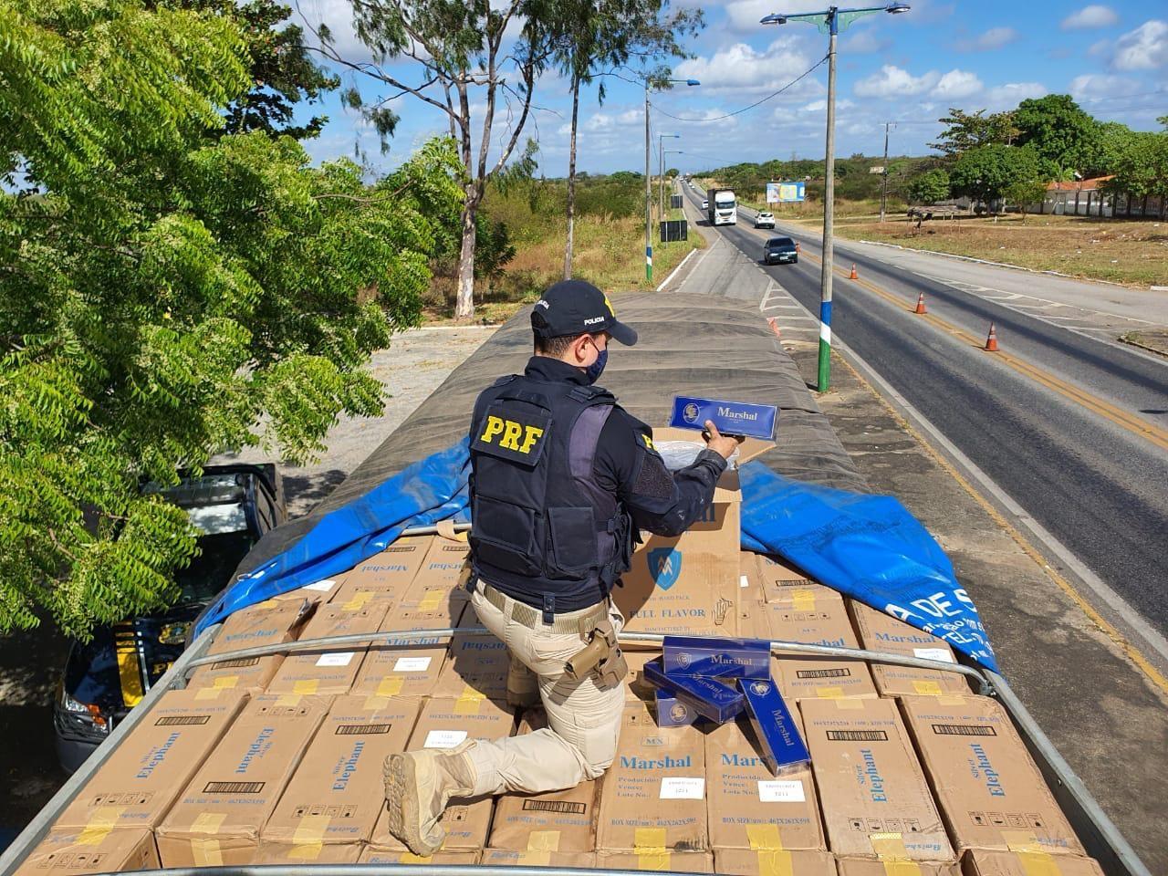 PRF aborda caminhão após manobras perigosas e descobre carga de R$ 1,2 mi de cigarro ilegal na BR-222, no CE