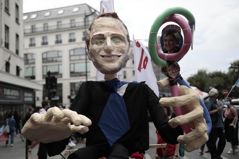 Manifestantes exibem boneco de Emmanuel Macron segurando fotos de Marine Le Pen, política de extrema direita (12/06/2021) — Foto: AP Photo/Lewis Joly