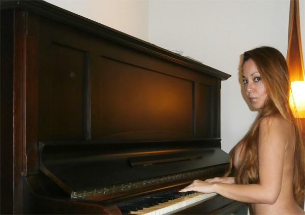 Pianista decidiu protestar fazendo vídeos sem roupa na internet (Foto: Arquivo Pessoal)