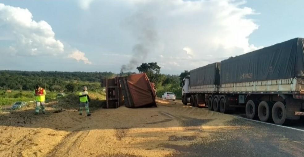 Carreta com soja tombou e grãos ficaram espalhados pela pista — Foto: TVCA/Reprodução
