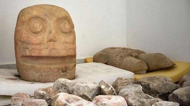 Estátuas encontradas por arqueólogos (Foto: Divulgação/INAH)