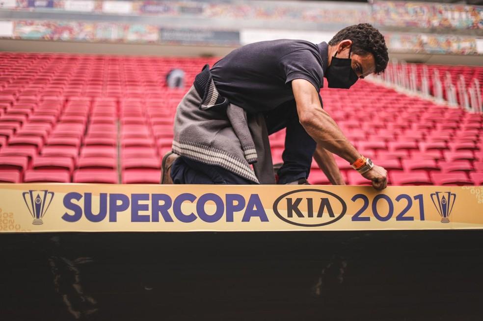 Funcionário cuidaram dos acabamentos de decoração no Mané — Foto: Ricardo Ribeiro