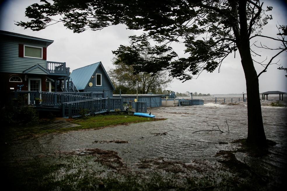Águas do rio Neuse começam a entrar em casa em New Bern, na Carolina do Sul, após cheia provocada pelo furacão Florence — Foto: REUTERS/Eduardo Munoz