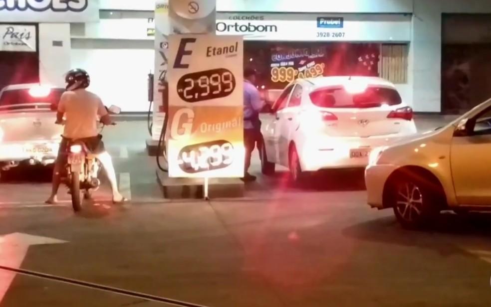 Postos aumentam o preço dos combustíveis em Goiânia (Foto: Reprodução/TV Anhanguera)