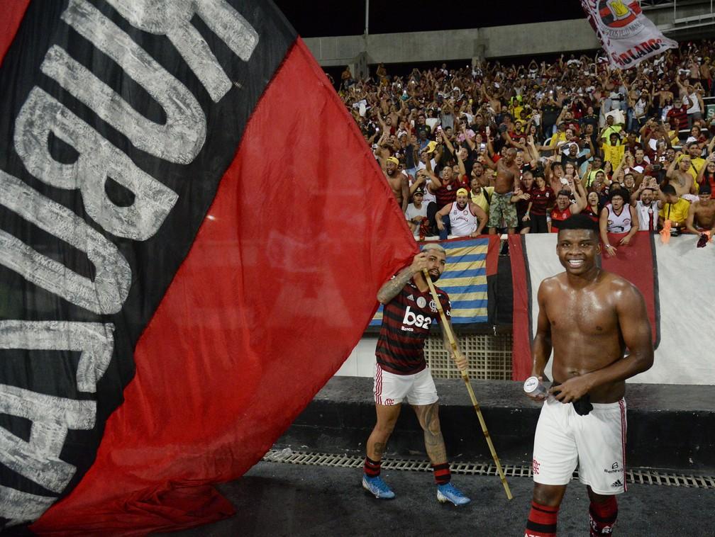 Gabigol e Lincoln celebram com a torcida do Flamengo — Foto: André Durão