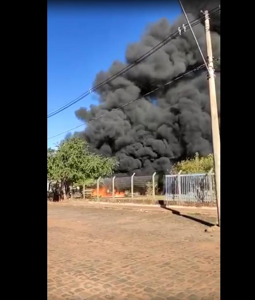 Incêndio atinge indústria de tecidos e Bombeiros gastam 6 mil litros de água para conter fogo em MS
