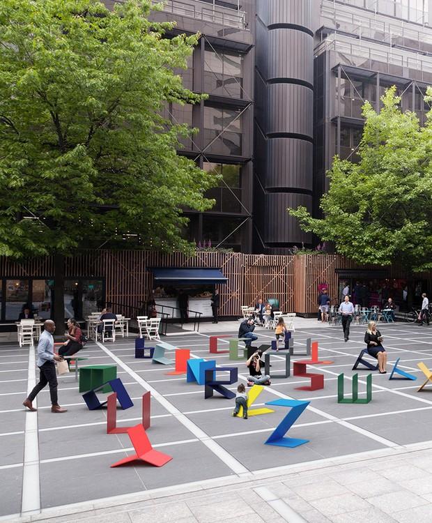 As pessoas podem interagir com a instalação se acomodando nos bancos ou brincando com as letras (Foto: Deezen/ Reprodução)