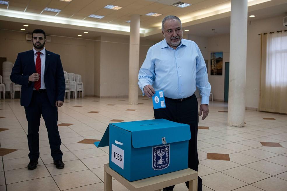 Líder do partido nacionalista de direita Yisrael Beiteinu, Avigdor Liberman, vota no assentamento de Nokdim, na Cisjordânia, em março de 2020 — Foto: Tsafrir Abayov/AP
