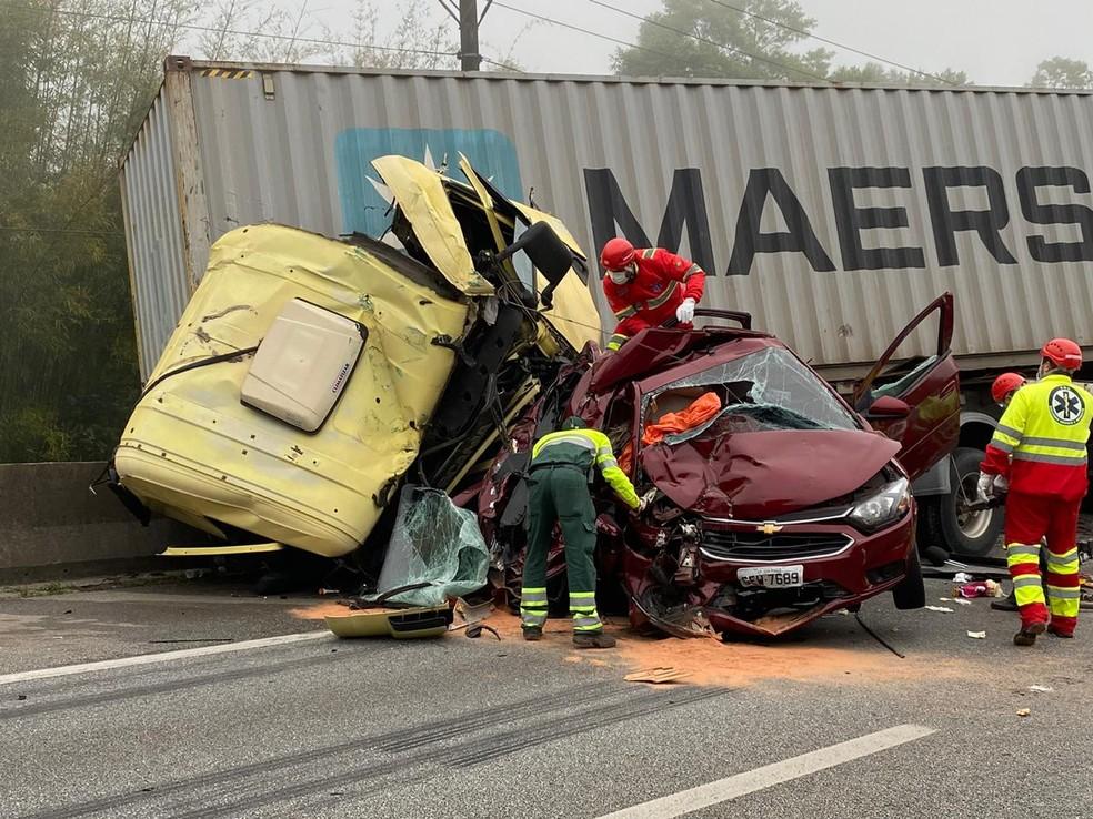 Acidente envolvendo um carro de passeio e dois caminhões interdita o km 35 da rodovia Anchieta, no sentido litoral. — Foto: Abrahão Cruz/TV Globo