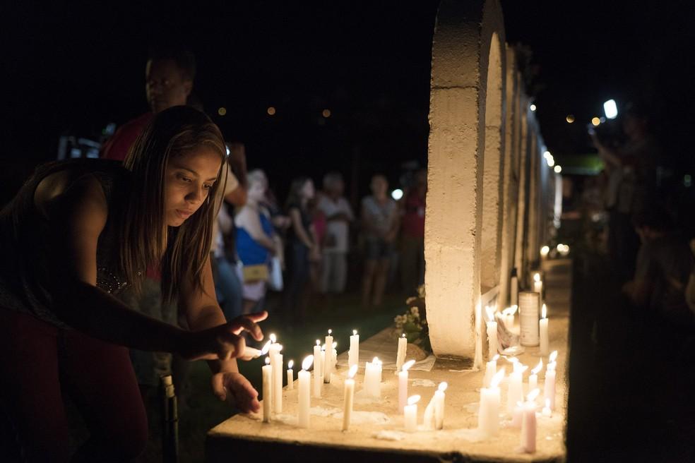 Mulher acende velas em vigília pelas vítimas do rompimento da barragem em Brumadinho — Foto: Leo Correa/AP Photo