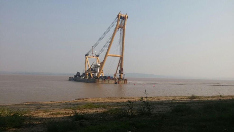 Operação de içamento do rebocador naufragado em Óbidos, no Pará (Foto: Débora Rodrigues/TV Tapajós)