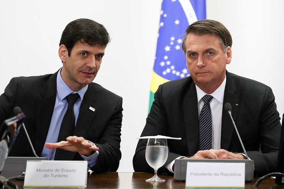 Ministro do Turismo, Marcelo Álvaro Antônio (à esquerda), e presidente Jair Bolsonaro em reunião em Brasília, em 4 de abril — Foto: Marcos Correa/Presidência da República