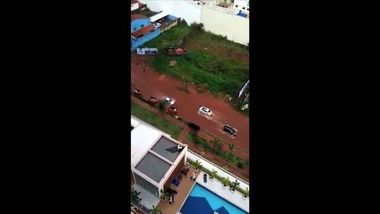 Chuva provoca alagamento em ruas e avenidas de Goiânia