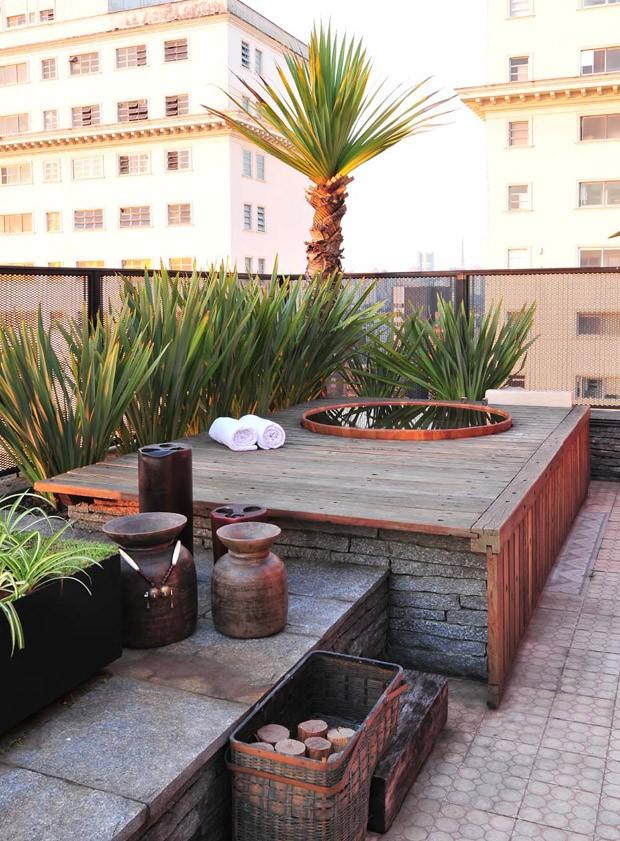 Em área mais reservada, ofurô garante um clima intimista ao casal (Foto: Divulgação/Beatriz Quinelato)
