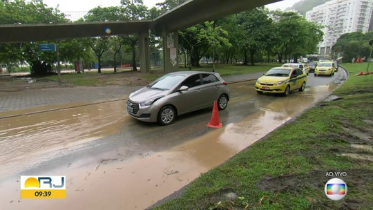 Alagamento interdita uma pista da Avenida Epitácio Pessoa