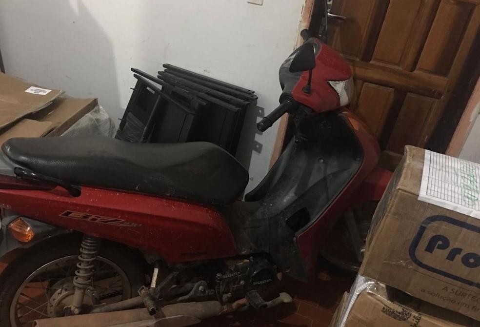 Motocicleta utilizada pelo suspeito na hora do crime foi apreendida. — Foto: Mayara Subtil/G1