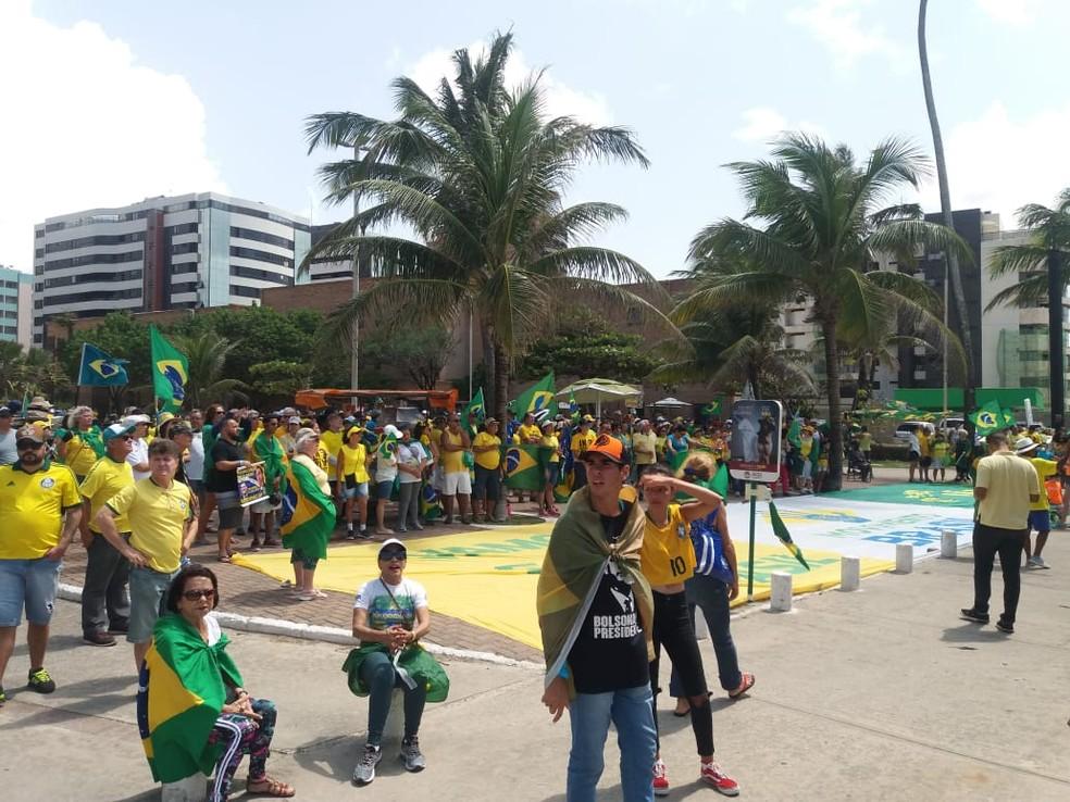 MACEIÓ, 10h: Manifestantes concentrados na Praça Vera Arruda — Foto: Heliana Gonçalves/TV Gazeta