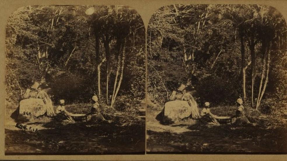 Foto de Revert Henry Klumb retrata lavadeiras na Tijuca por volta de 1860 — Foto: Biblioteca Nacional