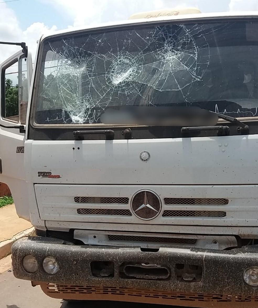 Moradores tentaram agredir o motorista e atear fogo no caminhão; pedras foram lançadas no para-brisa do veículo — Foto: Deletran Cuiabá