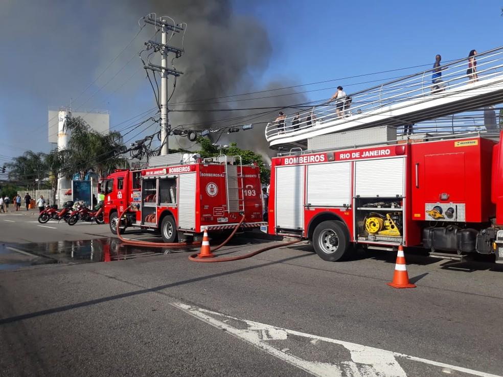 Polícia e bombeiros interditam a pista auxiliar, sentido Linha Amarela, da Avenida Ayrton Senna — Foto: Reprodução/COR