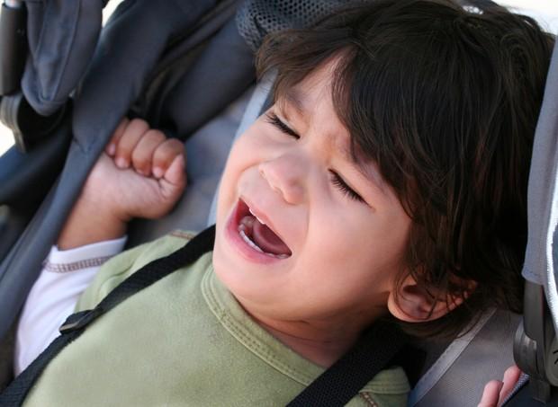 Criança chorando no carrinho de bebê (Foto: Thinkstock)