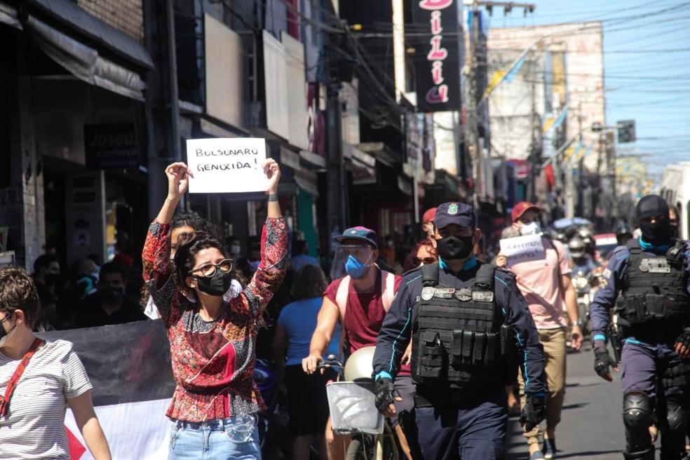 Usando máscaras de proteção, manifestantes levavam cartazes contra o presidente Jair Bolsonaro. — Foto: Nívia Uchoa