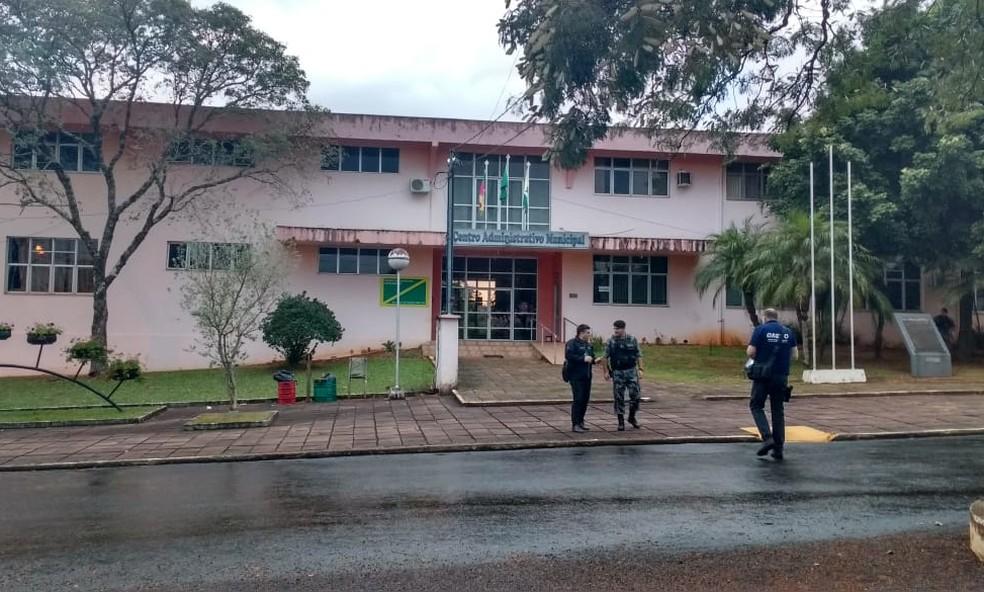Agentes em frente à Prefeitura de Planalto, no Norte do Rio Grande do Sul (Foto: MP/Divulgação)