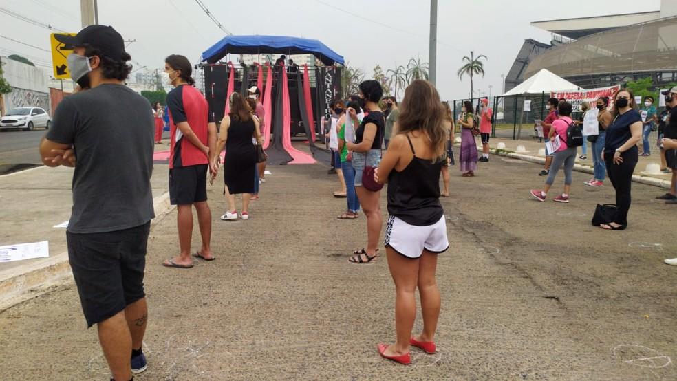 Pessoas se reúnem na Arena Pantanal, em Cuiabá — Foto: Ramon Hernandes/TV Centro América