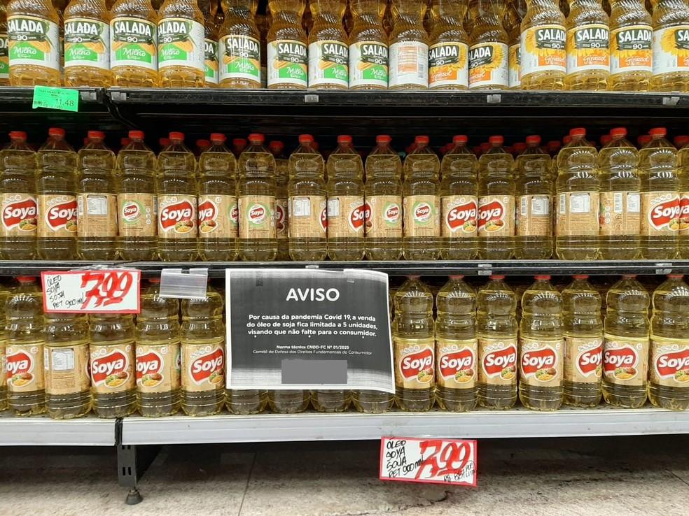Aviso em supermercado de Maceió sobre limite de óleo de soja por cliente — Foto: Cau Rodrigues/G1