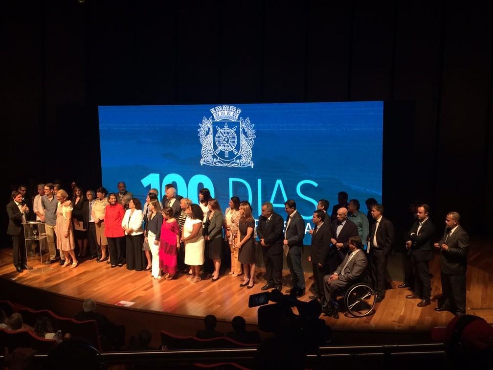 O prefeito Marcelo Crivella discursa ao lado de seus secretários, da mulher e do filho (Foto: Fernanda Rouvenat/G1)