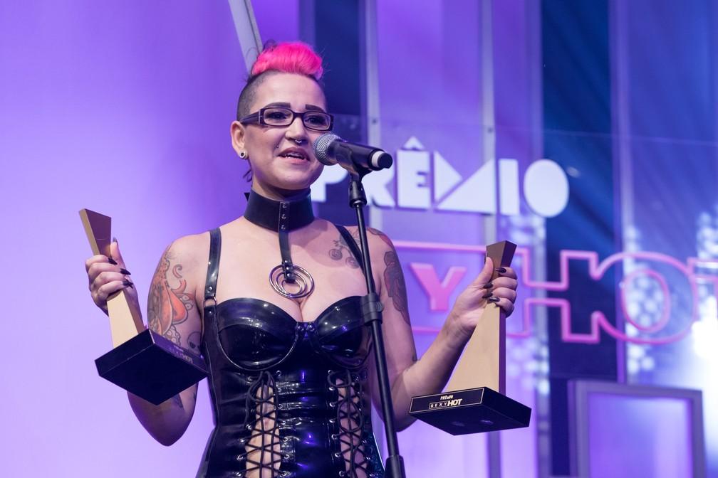 A atriz e diretora Mila Spook com os dois troféus que ganhou no Prêmio Sexy Hot 2018 — Foto: Celso Tavares/G1