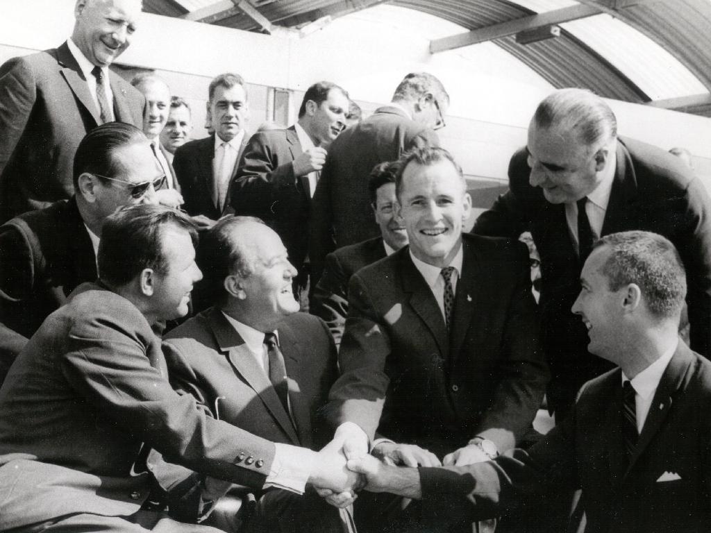 El cosmonauta soviético Iuri Gagarin se da la mano de los astronautas Gemini 4 de la NASA, Edward H. White II y James A. McDivitt en el Salón Aeronáutico Internacional de París en junio de 1965 (Foto: NASA)