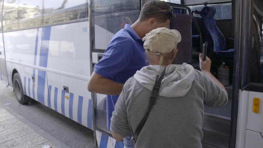 Giles pega ônibus para visitar o Muro das Lamentações, em Jerusalém (Foto: BBC)