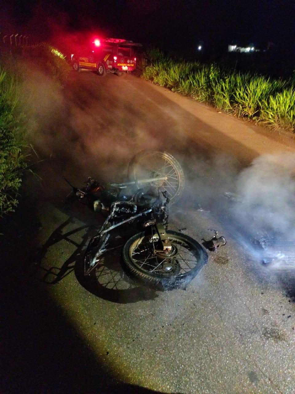 Moto sem identificação é incendiada em ramal de Rio Branco