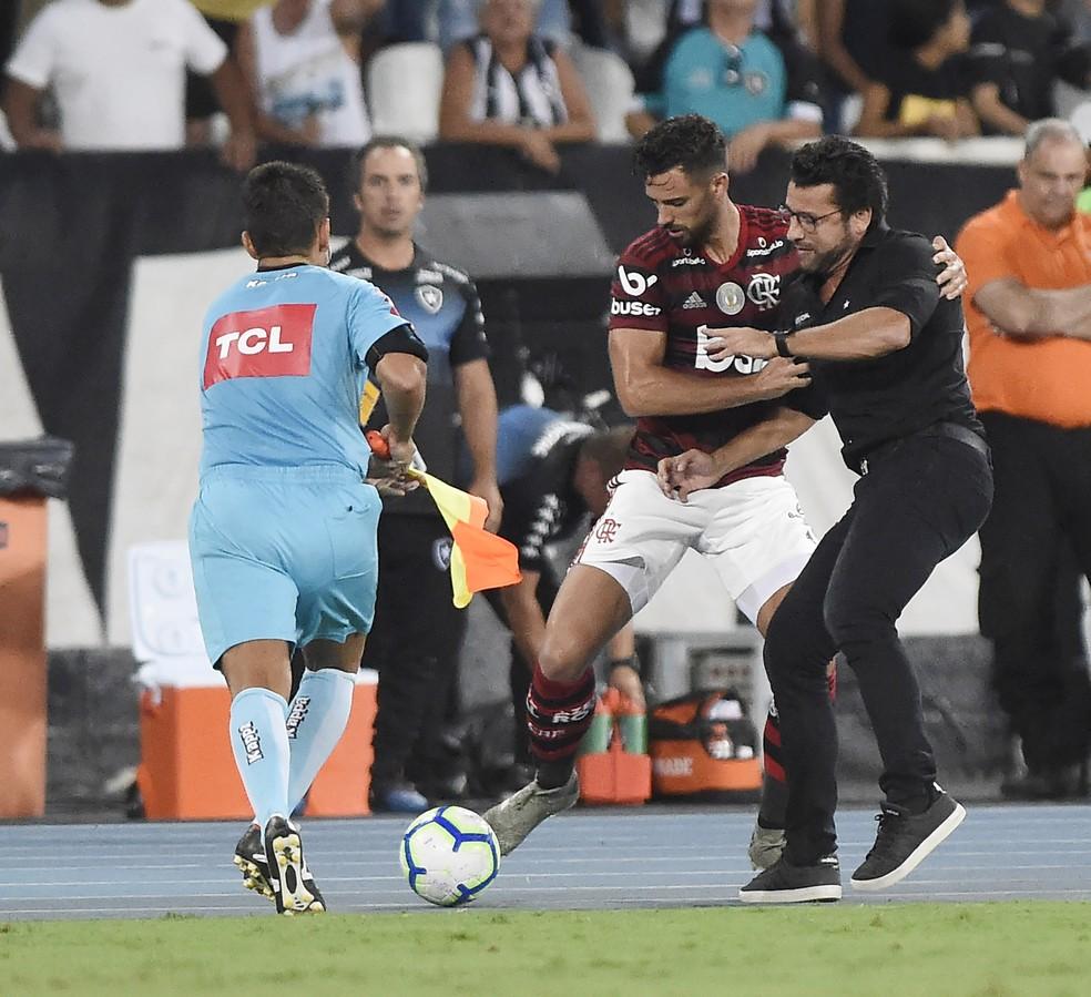 Valentim e Pablo Marí se desentendem — Foto: André Durão / GloboEsporte.com