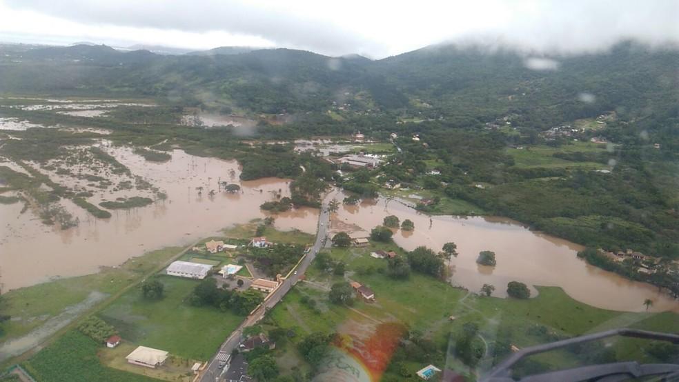 Bombeiros também acompanham regiões alagadas na Grande Florianópolis  (Foto: Arcanjo/Divulgação)
