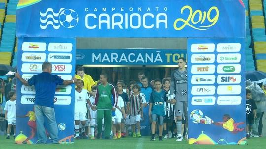 Garoto que viralizou ao ganhar camisa entra em campo com o Botafogo antes do clássico