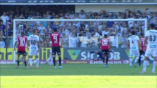 Carlos Sánchez cobra o pênalti no canto direito do goleiro e abre o placar; veja