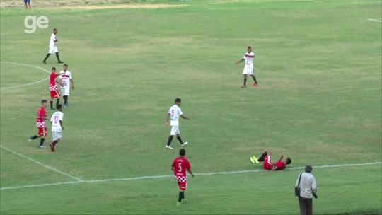Atacante disputa bola, cai fora do campo e rola de volta para simular falta; assista lance