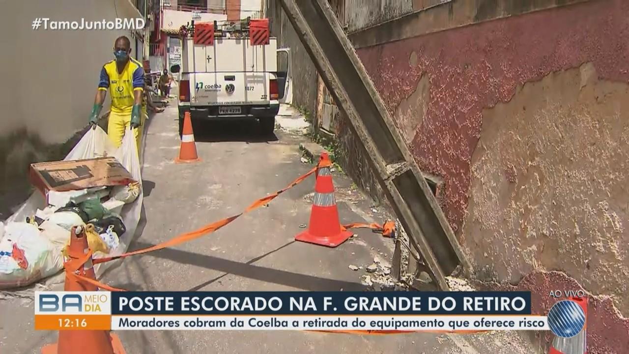 Moradores reclamam de poste escorado em muro de casa no bairro de Fazenda Grande do Retiro