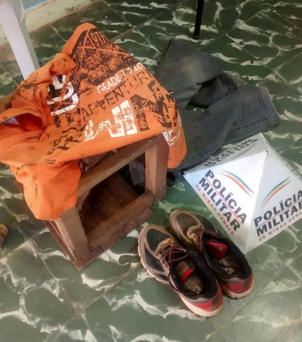 Foram apreendidas as roupas  do suspeito e o tamborete usado nas agressões (Foto: Polícia Militar/Divulgação)